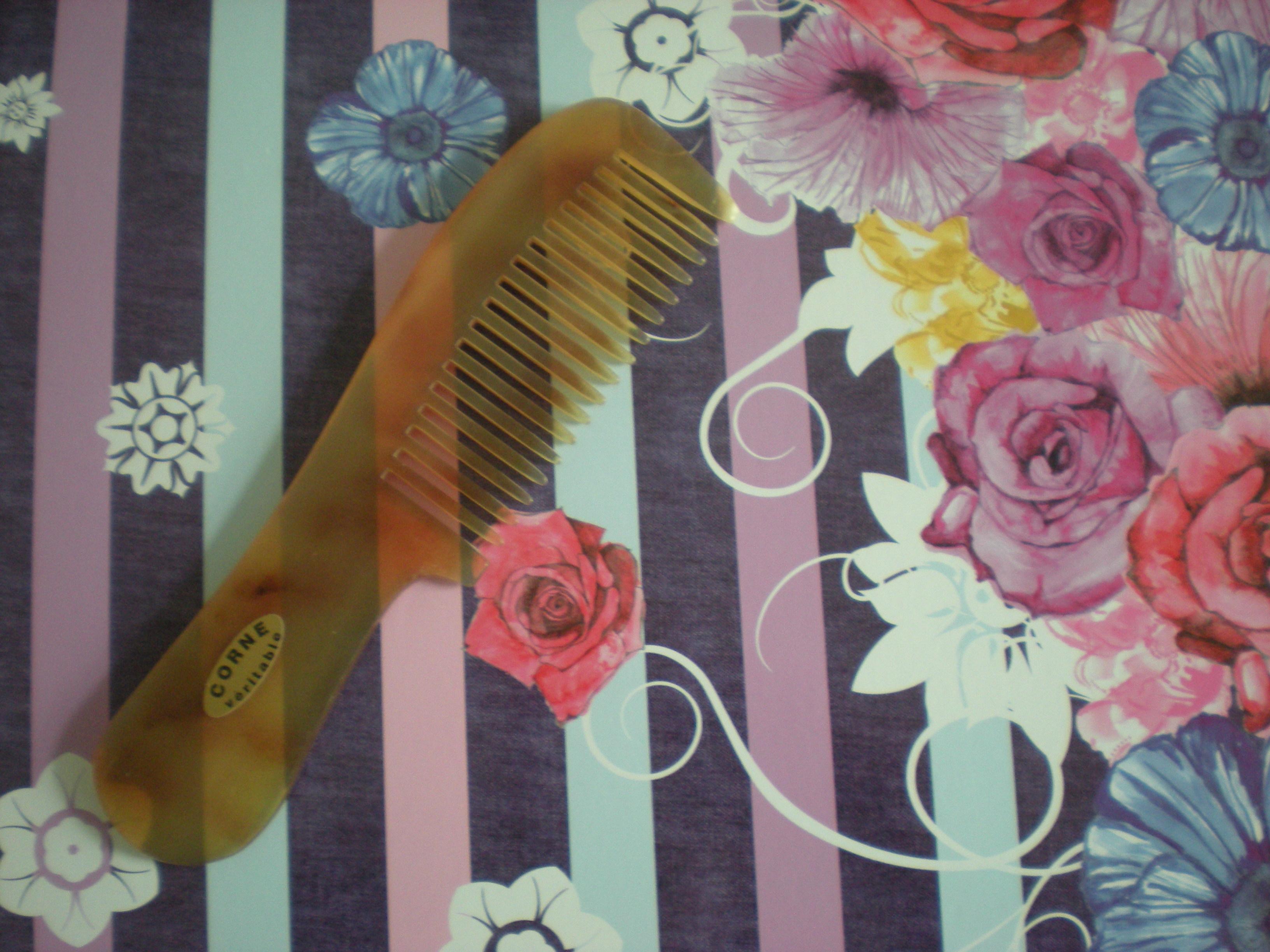 Oum Soumeyya © peigne Démêloir Afro Manche Bélier Le grand peigne en corne démêloir manche Afro est spécialement conçu pour les cheveux très longs, frisés ou et crépus, ce peigne est particulièrement efficace pour démêler sans arracher les cheveux.